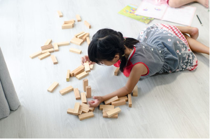 Blog-Imagen-pisos-madera-ingenieria-perfectos-habitacion-ninos-nina-piso-madera-gris-Homedressing-Dic20