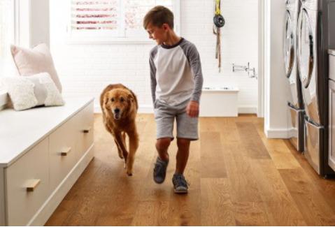 Blog-pisos-madera-ingenieria-perfectos-habitacion-ninos-perro-nino-piso de madera-Homedressing-Dic20